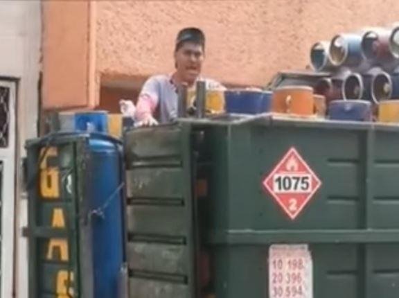 Vendedor de gas cautiva en redes con sus villancicos