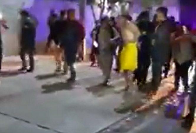 Lo golpean y lo exhiben desnudo por agredir a abuelito
