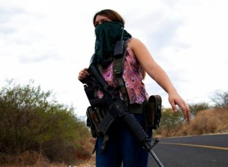 Mujeres en Michoacán toman las armas para defenderse