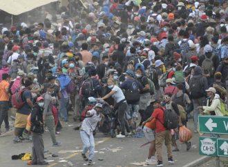 Policía de Guatemala arremete de nuevo y dispersa a migrantes