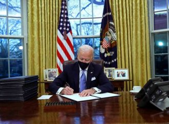Biden lanza plan de acción contra covid; 100 millones de dosis en 100 días