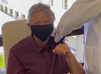 Bill Gates recibe vacuna contra el covid y se vuelve viral
