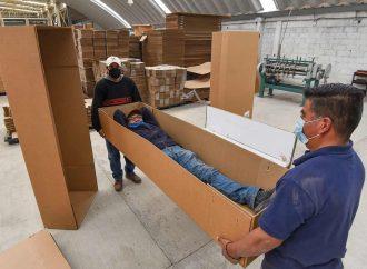 Ante crisis, venden ataúdes de cartón; aguantan 125 kilos