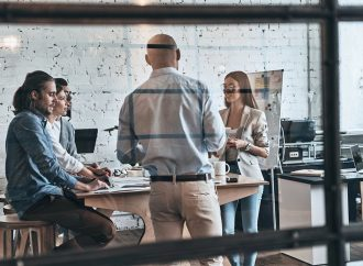 El motivo más común por el cuál fracasan las transformaciones en las empresas es por no trabajarlas con la Gente: Angie Papadam, Directora de Transformación de B2V