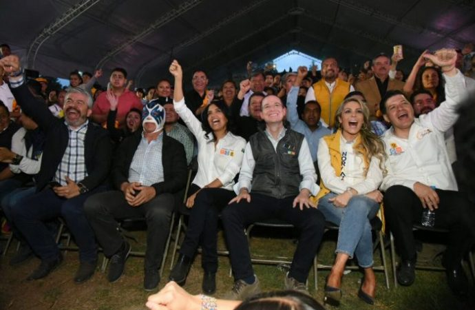 Presencian Barrales y Anaya función de lucha libre