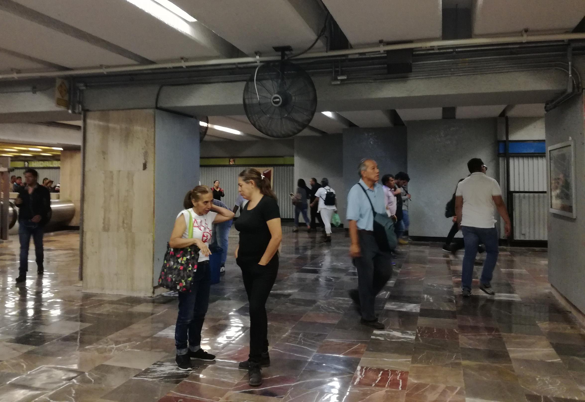 Capitalinos soportan estoicamente el calor y aglomeraciones en el Metro