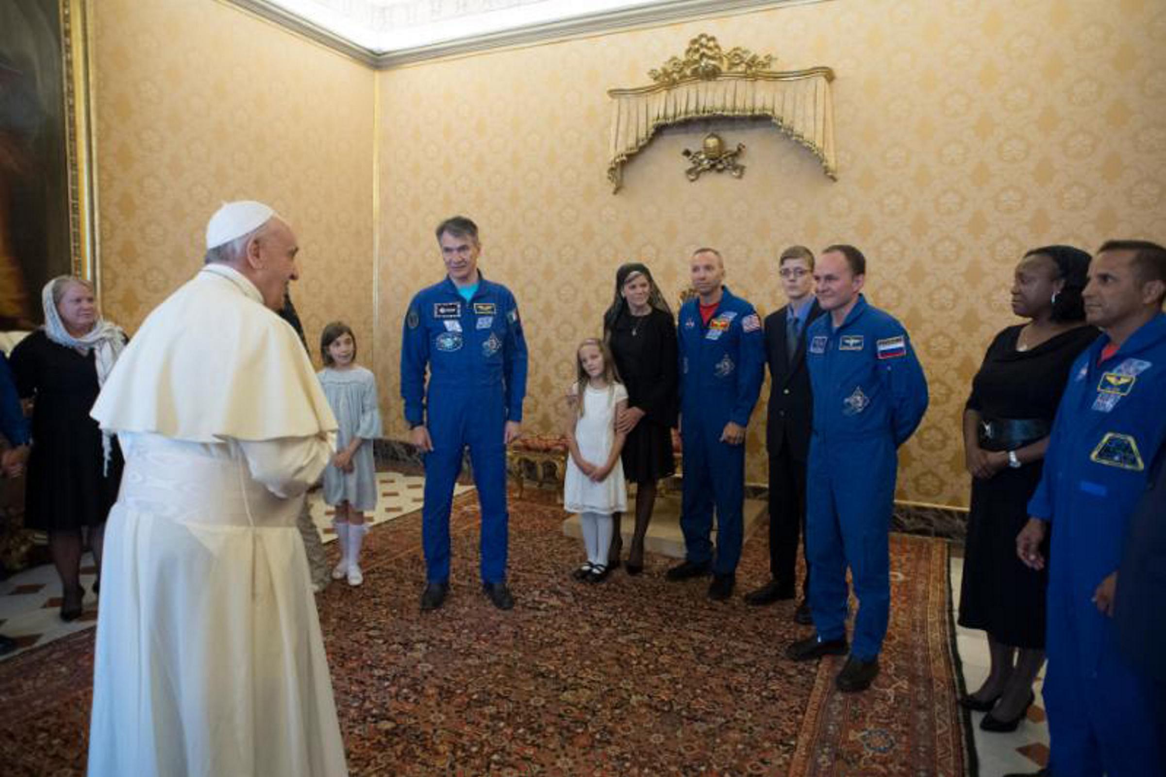 El Papa recibe a astronautas con sus familias en el Vaticano