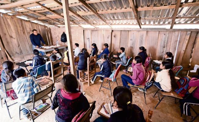 Implementar programas de apoyo para maestros de comunidades indígenas: Herrera Deras