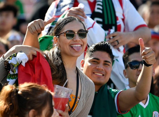 Mexicanos celebran haber ganado sede de Mundial 2026