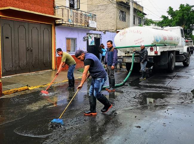 Vecinos de Los Reyes unen fuerzas para limpiar casas y calles inundadas