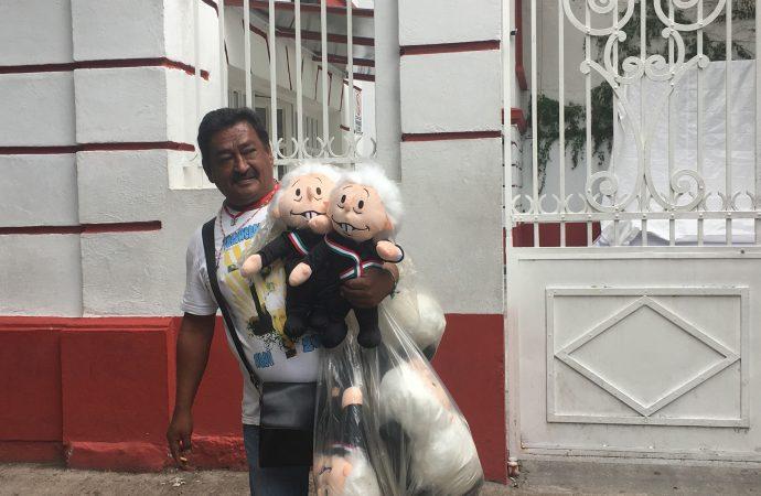Domingo de peticiones y muñecos deLópez Obradoren casa detransición