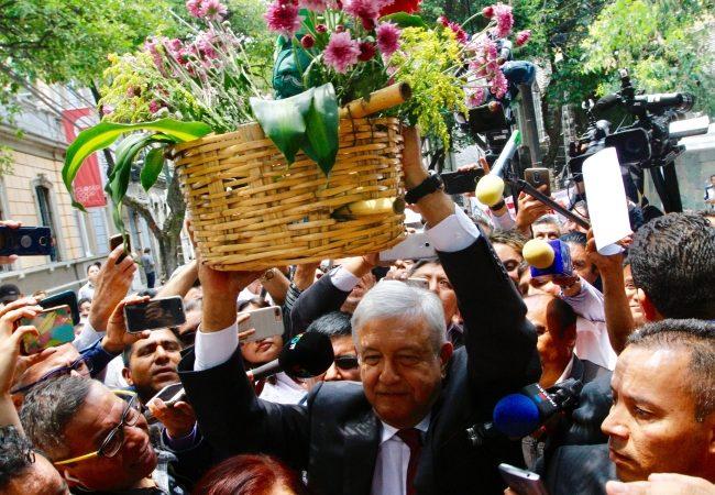 López Obrador saluda y recibe regalos de pobladores de la mixteca oaxaqueña