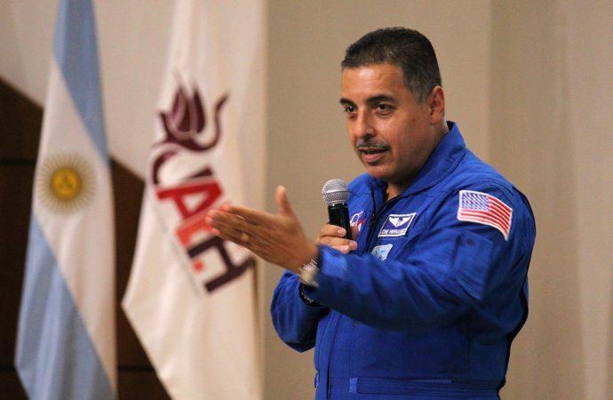 Astronauta mexicano llama a niños a perseverar para cumplir sus sueños