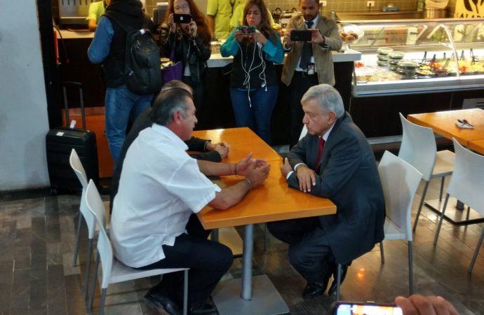 El Bronco recibe a López Obrador en aeropuerto de Monterrey
