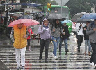 Capitalinos se protegen del frio y lluvia ante bajas temperaturas