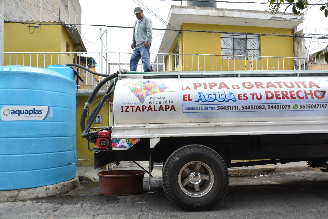 Llega a 7 mil 500 el número de viajes de pipas para entregar agua en Iztapalapa; creció la demanda en planteles escolares