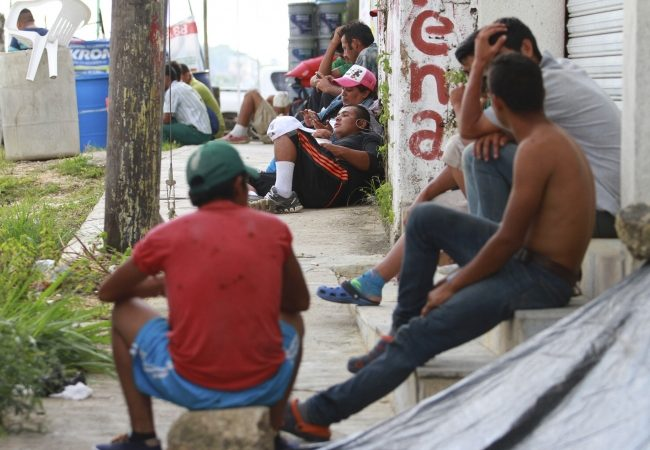 Segunda caravana migrante permanece en Matías Romero, Oaxaca; se quejan de abandono