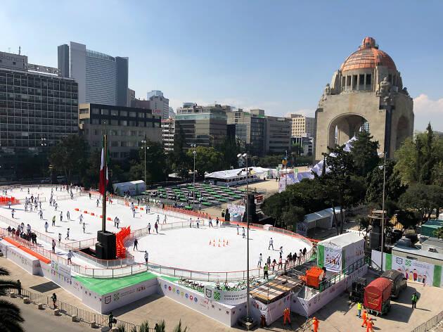 Chicos y grandes disfrutan de pista de hielo en Plaza de la Republica