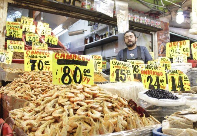Mexicanos buscan en mercados los mejores precios para cena de Año Nuevo