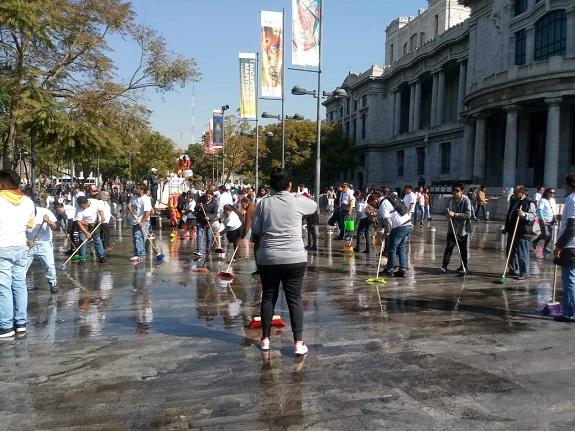 Comerciantes del Centro Histórico entregan espacio ocupado en Bellas Artes