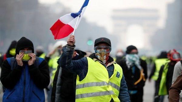 """Mitad de franceses quiere partido político de """"chalecos amarillos"""""""
