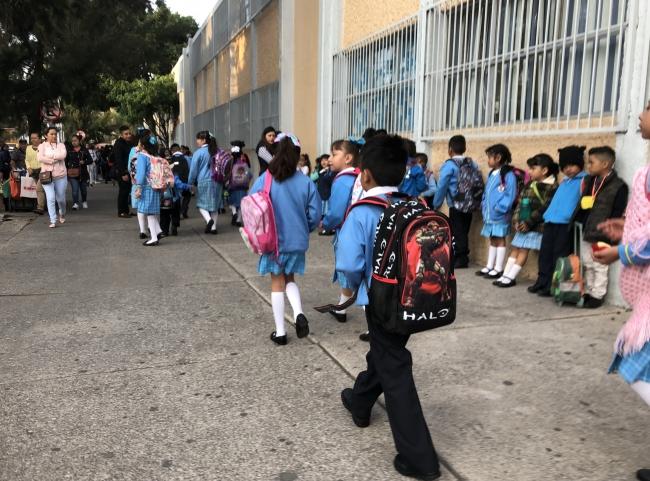 Estudiantes, maestros y padres de familia alistan el regreso a clases