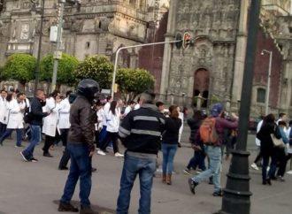Marcha de médicos residentes del Hospital General llega al Zócalo
