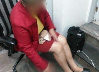 Mujer tira paragüas al Metro, afecta un tren y termina lesionada