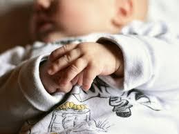 Olvida biberón y le da alcohol a su bebé de dos meses