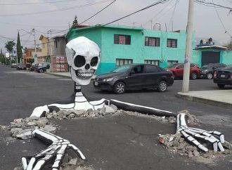 En Tláhuac, vecinos protestan adornando baches con calaveras